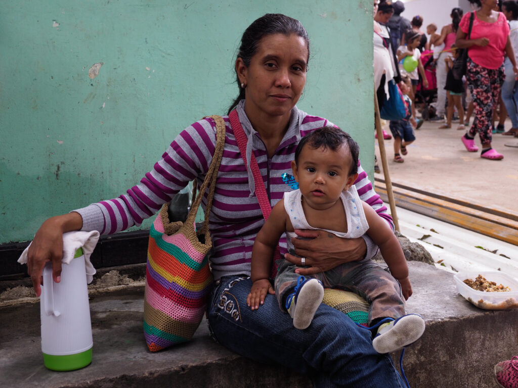 T7N6Y4 Mother and child, Venezuelan refugees in Cucuta, Colombia, 22 October 2018